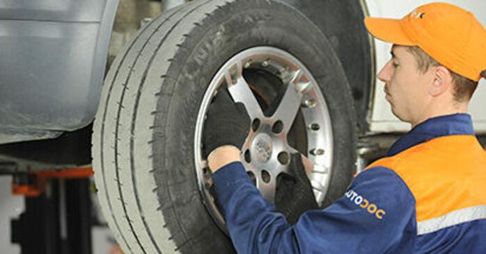 Ersetzen Sie Bremsscheiben am VW T5 Pritsche 2013 2.5 TDI selbst