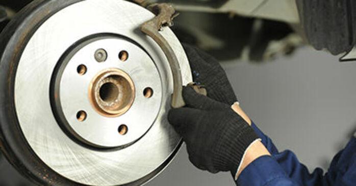 Hinweise des Automechanikers zum Wechseln von VW Transporter V Pritsche / Fahrgestell (7JD, 7JE, 7JL, 7JY, 7JZ, 7FD) 1.9 TDI 2004 Bremsscheiben