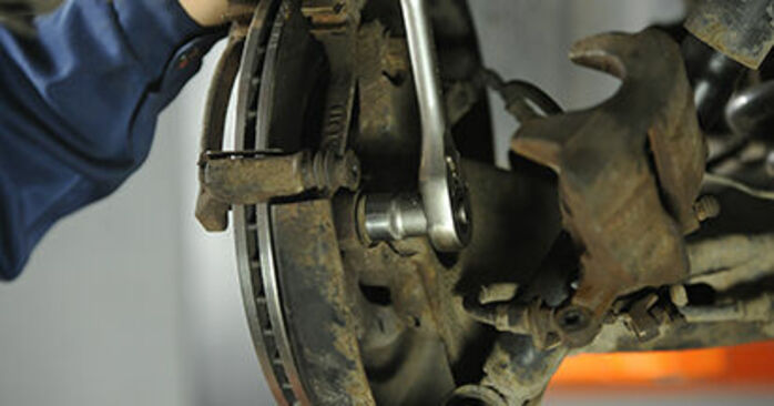 Wie man VW Transporter V Pritsche / Fahrgestell (7JD, 7JE, 7JL, 7JY, 7JZ, 7FD) 2.5 TDI 2004 Bremsscheiben austauscht - Schrittweise Handbücher und Videowegleitungen