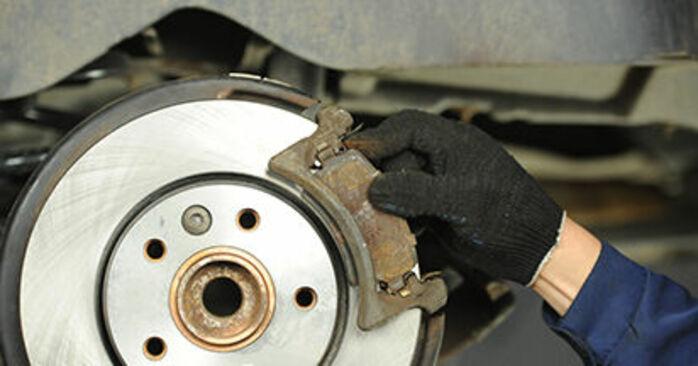 Ersetzen Sie Bremsscheiben am VW Transporter V Pritsche / Fahrgestell (7JD, 7JE, 7JL, 7JY, 7JZ, 7FD) 2.0 TDI 2006 selber