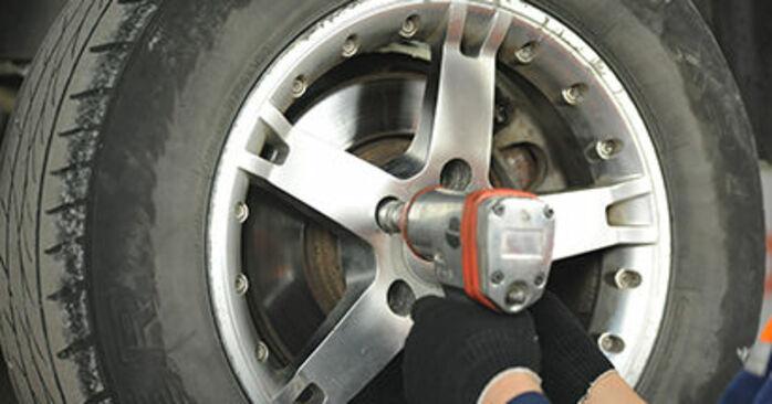 Wie man Bremsscheiben am VW T5 Pritsche 2003 ersetzt - Kostenfreie PDF- und Videotipps