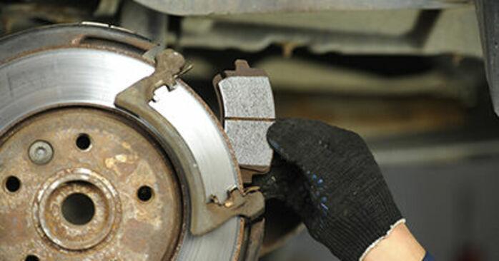 Wie kompliziert ist es, selbst zu reparieren: Bremsscheiben am VW T5 Pritsche 2.5 TDI 2009 ersetzen – Laden Sie sich illustrierte Wegleitungen herunter