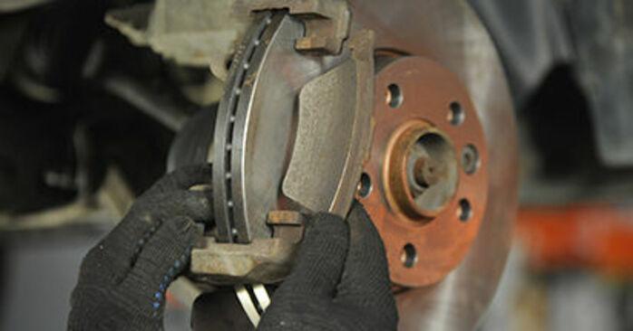 Reemplace Pastillas De Freno en un VW T5 Camión de plataforma 2013 2.5 TDI usted mismo