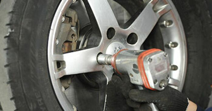 Cómo cambiar Pastillas De Freno en un VW T5 Camión de plataforma 2003 - Manuales en PDF y en video gratuitos