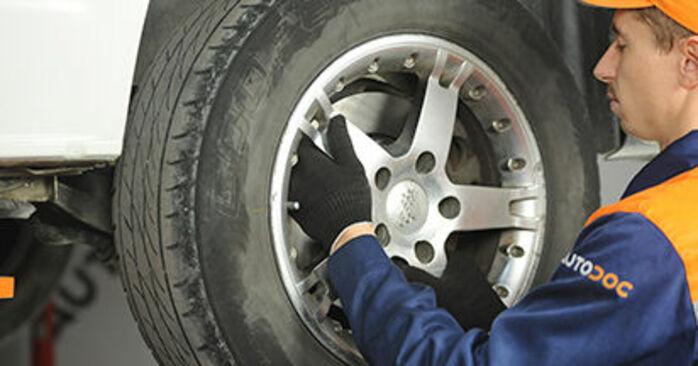 Tausch Tutorial Bremsbeläge am VW Transporter V Pritsche / Fahrgestell (7JD, 7JE, 7JL, 7JY, 7JZ, 7FD) 2015 wechselt - Tipps und Tricks