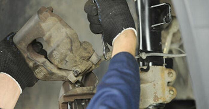 Austauschen Anleitung Bremssattel am VW T5 Pritsche 2013 2.5 TDI selbst