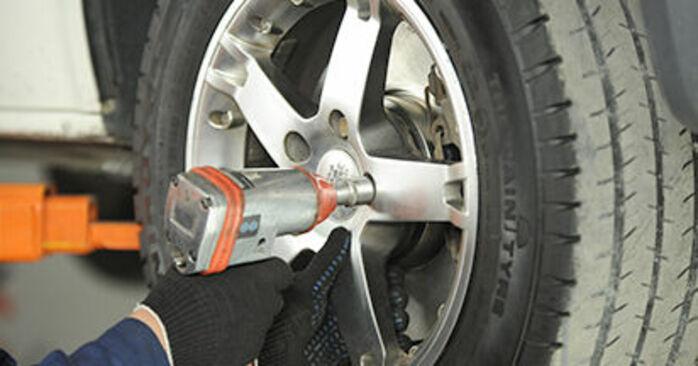 Wie schwer ist es, selbst zu reparieren: Bremssattel VW T5 Pritsche 2.5 TDI 2009 Tausch - Downloaden Sie sich illustrierte Anleitungen