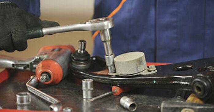 Vaiheittaiset suositukset Mazda 3 bk 2009 1.4 -auton Alatukivarsi-osien tee se itse -vaihtoon