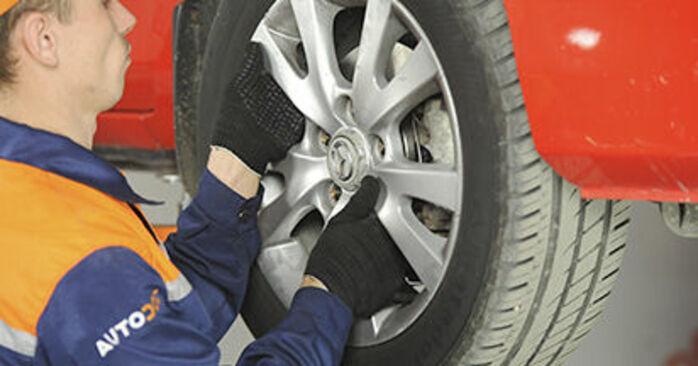 Kuinka vaikeaa on tehdä itse: Alatukivarsi-osien vaihto Mazda 3 bk 1.6 MZ-CD 2009 -autoon - lataa kuvitettu opas