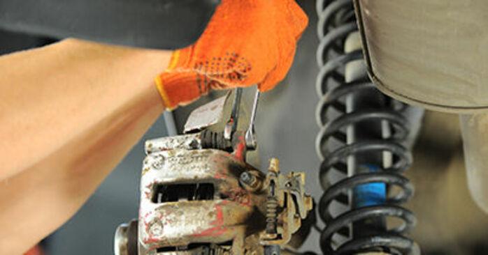 Audi 80 b4 2.0 E 1993 Remblokken remplaceren: kosteloze garagehandleidingen