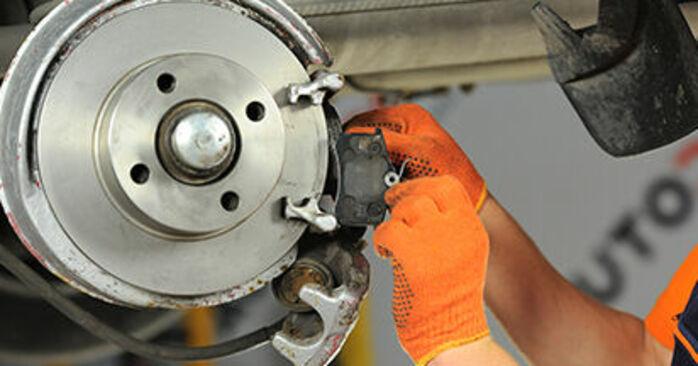Πώς να αντικαταστήσετε Τακάκια Φρένων σε AUDI 80 Sedan (8C2, B4) 1992: κατεβάστε εγχειρίδια PDF και βίντεο οδηγιών
