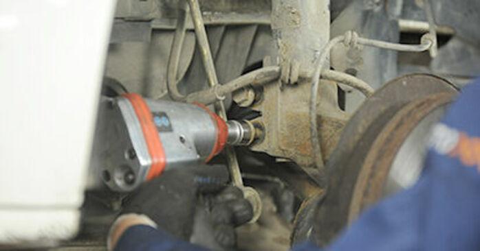 Remplacer Coupelle d'Amortisseur sur VW T5 Сamion à Plateau 2013 2.5 TDI par vous-même