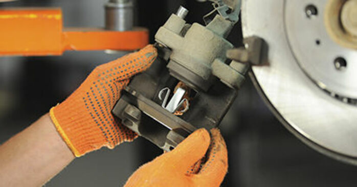 VOLVO XC90 2.5 T AWD Bremsbeläge ausbauen: Anweisungen und Video-Tutorials online