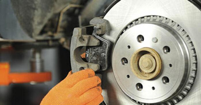 Tausch Tutorial Bremsbeläge am VOLVO XC90 I (275) 2014 wechselt - Tipps und Tricks