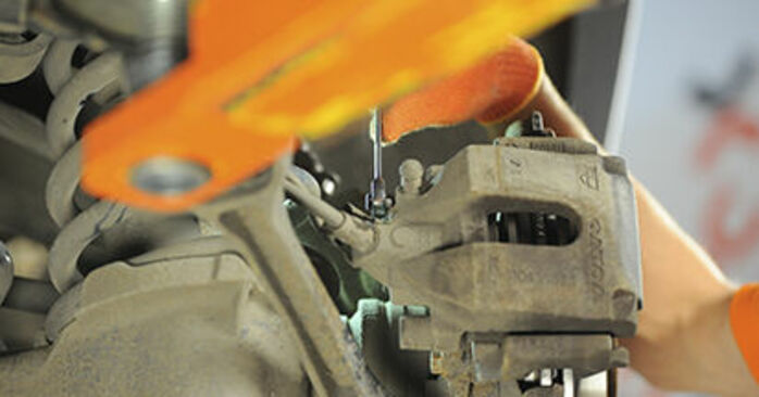 Jaké náročné to je, pokud to budete chtít udělat sami: Brzdové Destičky výměna na autě Volvo XC90 1 2.4 D3 / D5 2008 - stáhněte si ilustrovaný návod