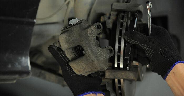 Wie schwer ist es, selbst zu reparieren: Bremssattel BMW E36 Compact 316g 1.6 2000 Tausch - Downloaden Sie sich illustrierte Anleitungen