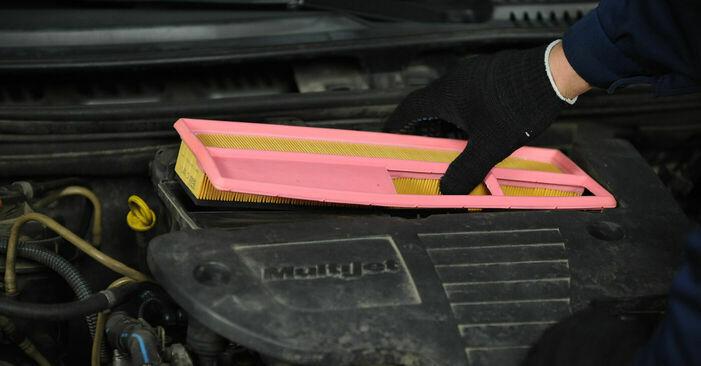 Wie schwer ist es, selbst zu reparieren: Luftfilter Fiat Punto 188 1.4 2005 Tausch - Downloaden Sie sich illustrierte Anleitungen