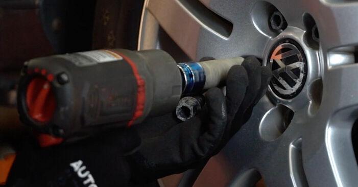 Wechseln Bremsbeläge am VW Golf IV Schrägheck (1J1) 1.9 TDI 2000 selber
