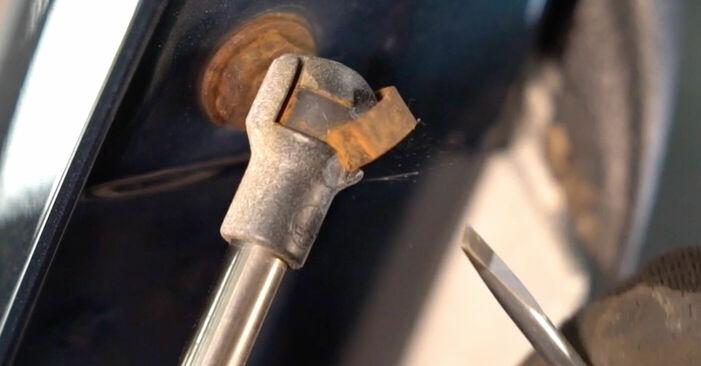 Wechseln Heckklappendämpfer am VW Golf IV Schrägheck (1J1) 1.9 TDI 2000 selber