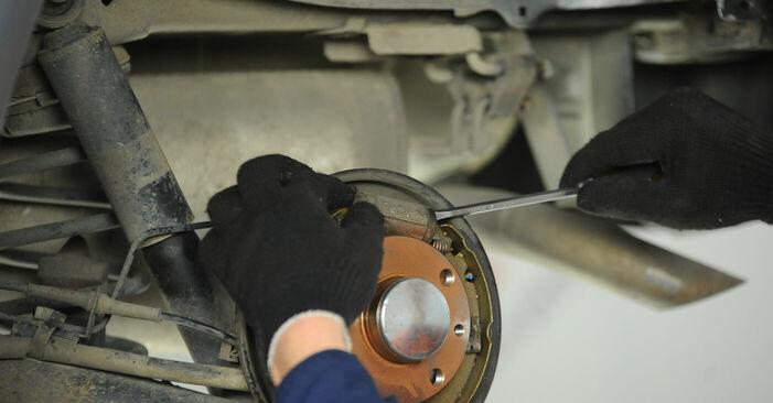 FIAT PUNTO 2006 Колесен цилиндър стъпка по стъпка наръчник за смяна