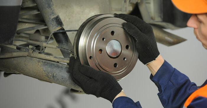 Самостоятелна смяна на FIAT PUNTO (188) 1.3 JTD 16V 1999 Колесен цилиндър - онлайн урок