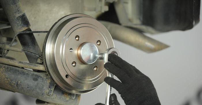 Как се сменя Колесен цилиндър на FIAT PUNTO (188) 1.9 JTD 80 2002 самостоятелно