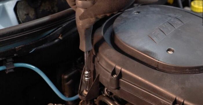 Wie schwer ist es, selbst zu reparieren: Zündkerzen Fiat Punto 188 1.4 2005 Tausch - Downloaden Sie sich illustrierte Anleitungen