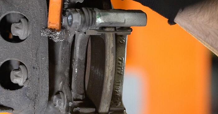 Sostituendo Dischi Freno su Fiat 500 312 2017 1.2 da solo