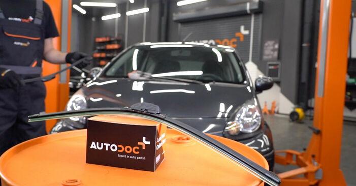 Wie Scheibenwischer Toyota Aygo ab1 1 2005 tauschen - Kostenlose PDF- und Videoanleitungen