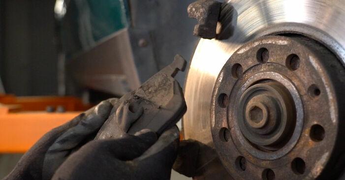 Tausch Tutorial Bremsbeläge am VW PASSAT Variant (3B6) 2000 wechselt - Tipps und Tricks