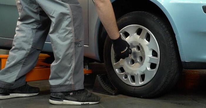 Как да сменим FIAT PUNTO (188) 1.2 60 2000 Носач На Кола - стъпка по стъпка инструкции и видео ръководства