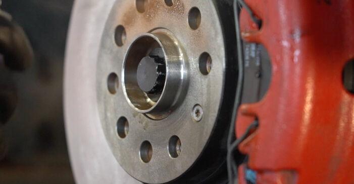 Wie man VW GOLF VI (5K1) 1.6 TDI 2008 Bremsscheiben austauscht - Schritt-für-Schritt-Tutorials und Videoanleitungen