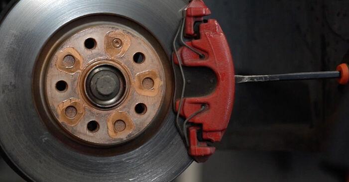Wie schwer ist es, selbst zu reparieren: Bremsbeläge Golf 6 1.6 TDI 2009 Tausch - Downloaden Sie sich illustrierte Anleitungen