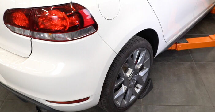 Cum să înlocuiți VW GOLF VI (5K1) 1.6 TDI 2004 Amortizor – manualele pas cu pas și ghidurile video