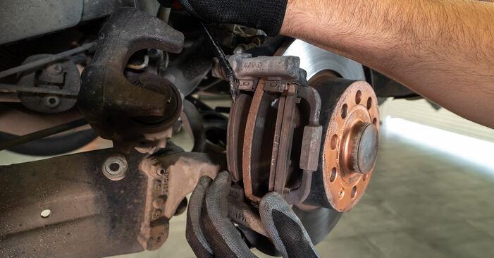 VW TOURAN 1.2 TSI Bremsbeläge ausbauen: Anweisungen und Video-Tutorials online