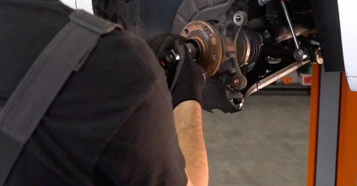 Wie man VW GOLF VI (5K1) 1.6 TDI 2004 Radlager wechselt - Schritt-für-Schritt-Leitfäden und Video-Tutorials