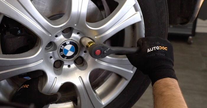 Så byter du Bromsskivor på BMW X5 (E53) 2005: ladda ned PDF-manualer och videoinstruktioner