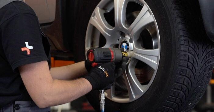 Bremsbeläge beim BMW X5 4.4 i 2007 selber erneuern - DIY-Manual