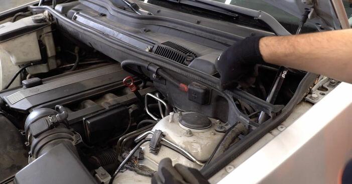 Jak vyměnit BMW X5 (E53) 3.0 d 2001 Brzdové Destičky - návody a video tutoriály krok po kroku.