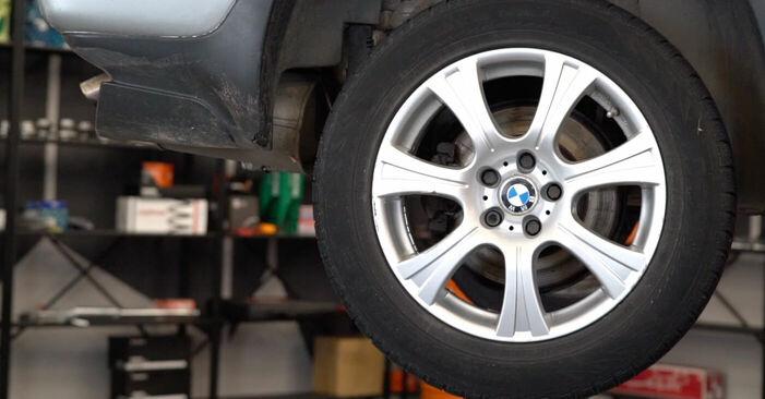 Wie schwer ist es, selbst zu reparieren: Bremsbeläge BMW E53 3.0 i 2006 Tausch - Downloaden Sie sich illustrierte Anleitungen