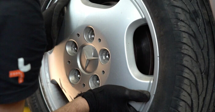 Austauschen Anleitung Bremsschläuche am Mercedes W168 1999 A 140 1.4 (168.031, 168.131) selbst