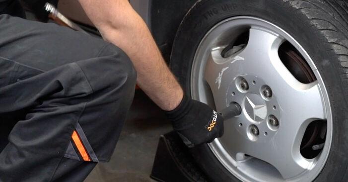 Bremsschläuche Mercedes W168 A 160 1.6 (168.033, 168.133) 1999 wechseln: Kostenlose Reparaturhandbücher