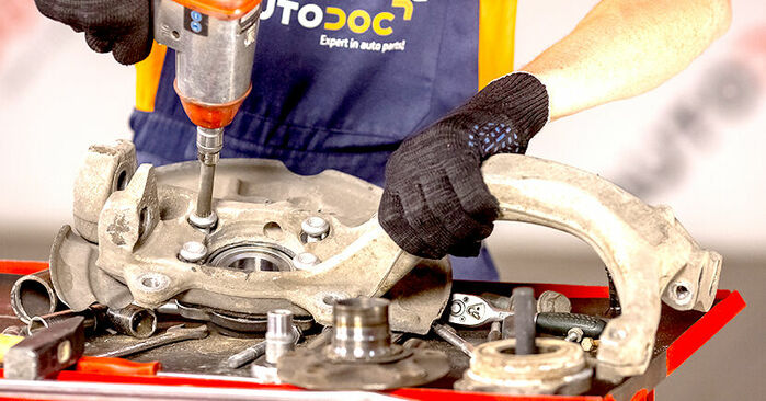 Quão difícil é efetuar a substituição de Rolamento da Roda no Audi A4 b6 2.5 TDI 2001 por si mesmo - descarregue o guia ilustrado
