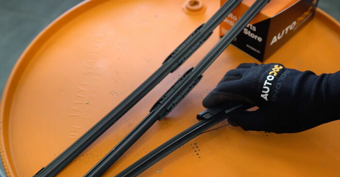 Πώς να αλλάξετε Μάκτρο καθαριστήρα σε RENAULT MEGANE II Saloon (LM0/1_) 2001 - δωρεάν εγχειρίδια PDF και βίντεο οδηγιών