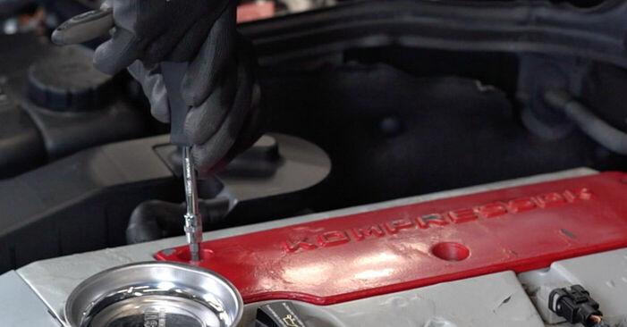 Sustitución de Bobina de Encendido en un Mercedes W203 C 180 1.8 Kompressor (203.046) 2002: manuales de taller gratuitos