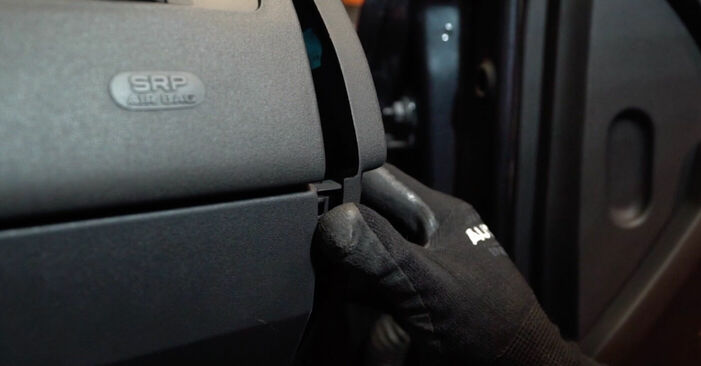 MEGANE II limuzína (LM0/1_) 1.4 2012 Kabinovy filtr svépomocná výměna díky návodu z naší dílny