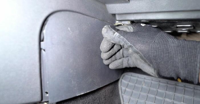 Jak vyměnit Kabinovy filtr na RENAULT MEGANE II limuzína (LM0/1_) 2001 - tipy a triky
