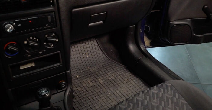 Kā nomainīt OPEL ASTRA G Hatchback (F48_, F08_) 1.6 16V (F08, F48) 1999 Salona filtrs - pakāpeniskās rokasgrāmatas un video ceļveži