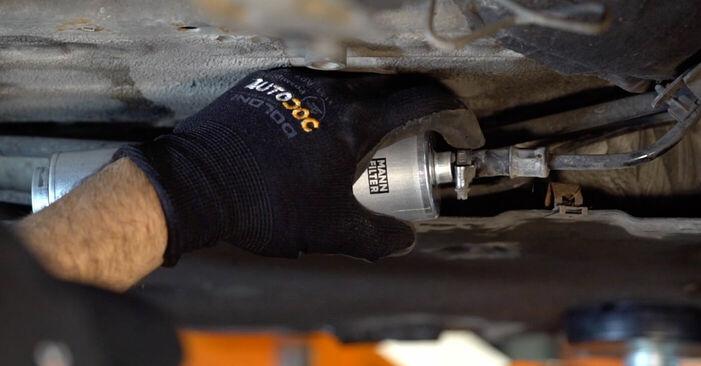 Tausch Tutorial Kraftstofffilter am BMW 3 (E90) 2008 wechselt - Tipps und Tricks