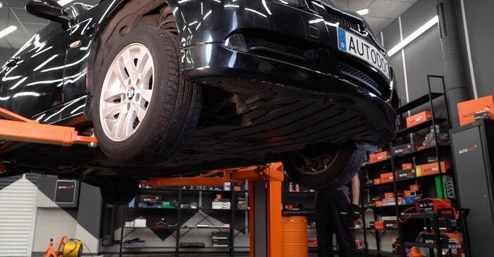 Wie schwer ist es, selbst zu reparieren: Kraftstofffilter BMW E90 325d 3.0 2010 Tausch - Downloaden Sie sich illustrierte Anleitungen